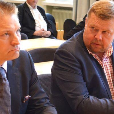 Till vänster advokaten Hannu Kokko, till höger Talvivaaras tidigare vd Pekka Perä.