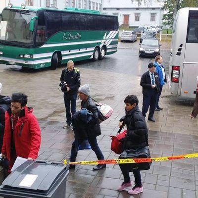 De första asylsökande anländer till flyktingslussen i Torneå