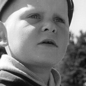 Poika katselee Haapasaaressa vuonna 1964.