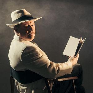 Kuvassa Jarmo Laitaneva poseeraa kirjan kanssa
