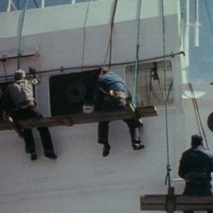 Merimiehet ehostaa rahtilaiva Pallasta.