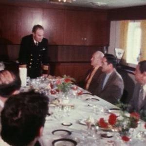 Kapteeni Stig Lagerbohn lounastaa miesten kanssa.