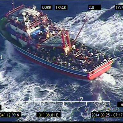 flyktingar på överfull båt