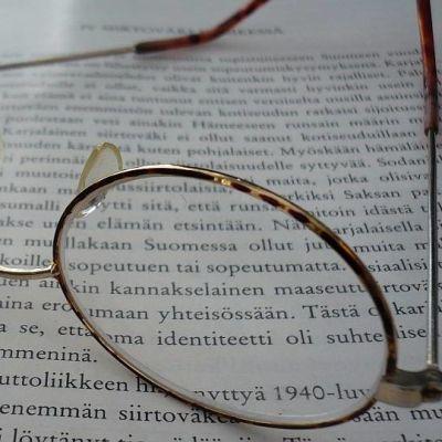 silmälasit ja kirja