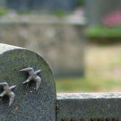 Hautakivi hautausmaalla.