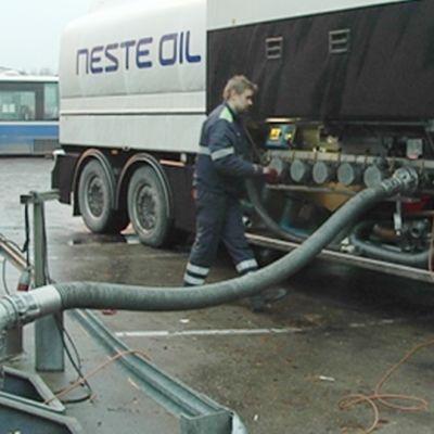 Nesteen tankkiauto täyttää huoltoaseman säiliötä.