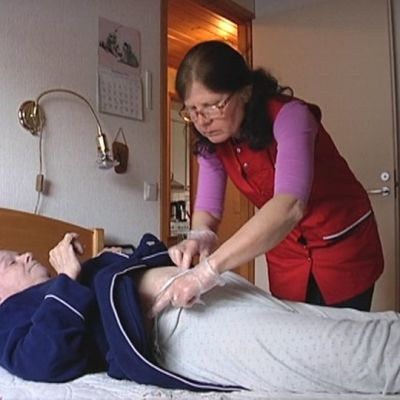 Kodinhoitaja hoitaa miestä hänen kotonaan