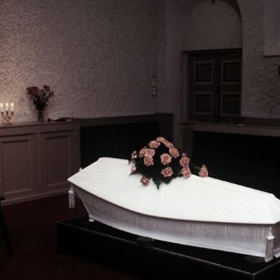 Hautajaiset Malmin hautausmaan siunauskappelissa