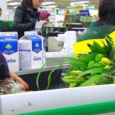 Kukkakimppu marketin kassahihnalla.