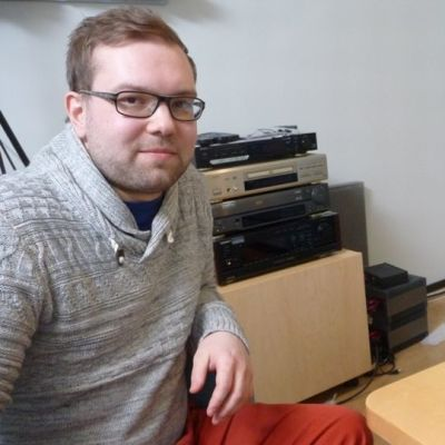 Audiotutkija työpöytänsä ääressä