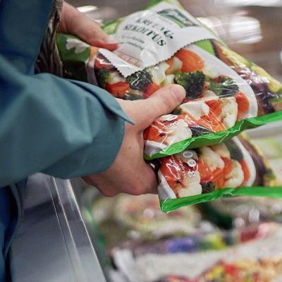 Ruokapusseja kaupan pakastealtaassa.