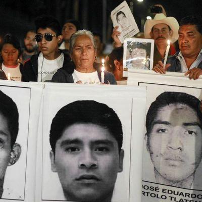 Kadonneiden opiskelijoiden omaiset osoittavat mieltään Mexico Cityssä.
