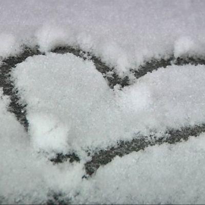 Sydän lumessa.