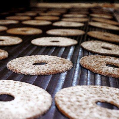 Ruisleipiä leipomon liukuhihnalla.