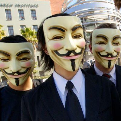 Anonymous-ryhmän jäseninä esiintyviä henkilöitä Los Angelesissa helmikuussa 2008.