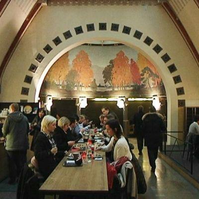 Helsingin Esplanadilla nykyisin kahviona toimivassa, silloisessa pankissa, velkainen Sibelius kävi kinuamassa usein lisää rahaa.