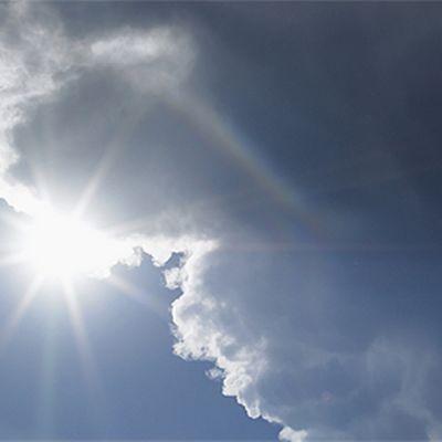 Aurinko pilkistää pilvien takaa