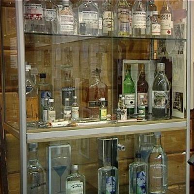 Koskenkorvan museossa viinapulloja vitriinissä