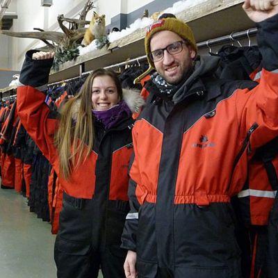 Italialaisturistit Luca Rivoira ja Sara Sammarco sujahtivat kelkkahaalareihin ja aikoivat husky-safarille.