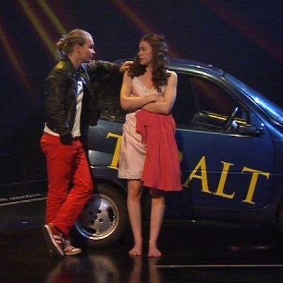 Romeo ja Julia liikkuvat Seinäjoen Shakespeare-tulkinnassa mopoautolla.