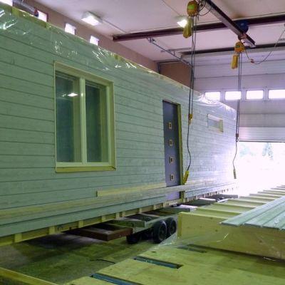 Talotehtaalla rakennetaan valmiit elementit kuljetettavaksi rakennustyömaalle.
