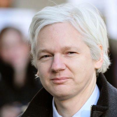 Julian Assange kuvattuna helmikuussa 2012 saapuessaan oikeusistuntoon Lontoossa.