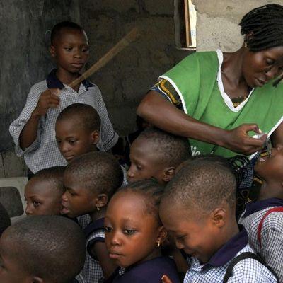 Polio-rokotetta jaetaan koululaisille Nigeriassa.