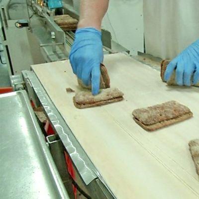Leipiä linjalla leipomossa.