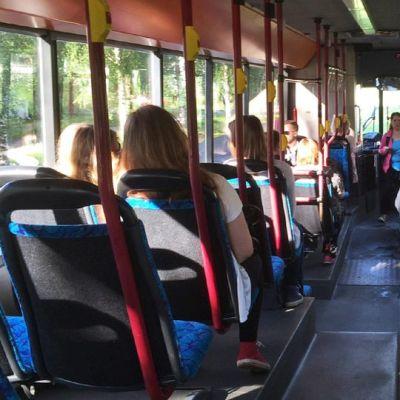 Koululaisia bussissa