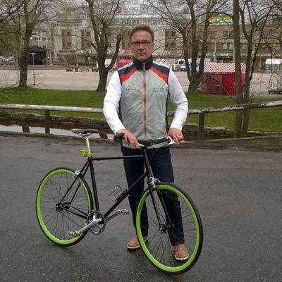 Kuvassa Risto Ekdahl  ja  harrastuksena syntynyt polkupyörä