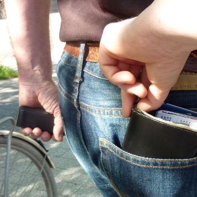 Lompakko saattaa lähteä varkaan matkaan uhrin huomaamatta.