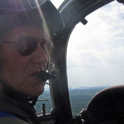 Insinöörieverstiluutnantti Jyrki Laukkanen lentämässä Vinka-lentokoneella