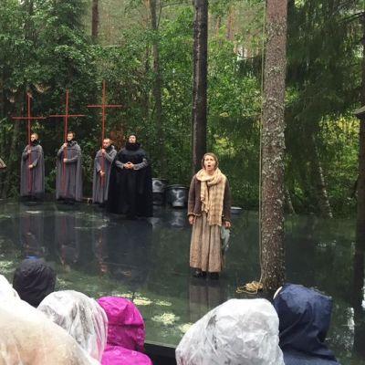Ooppera Lusia Rusintyttären kenraali vietiin torstaina läpi sateesta piittaamatta.