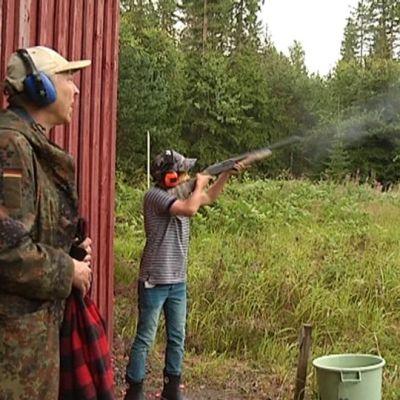 Poika ampuu haulikolla kouvolassa metsästäjäleirillä.