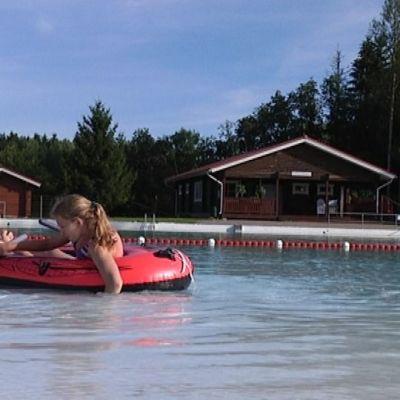 Lapsia kumiveneessä Kyrön maauimalassa.