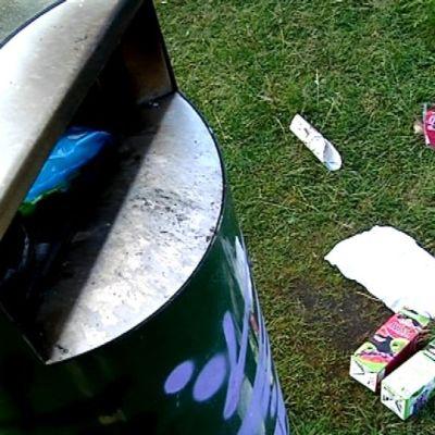 Roskat eivät ole aivan osuneet roskikseen.