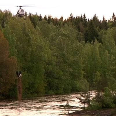 Helikopteri pudottaa soraa Kymijokeen