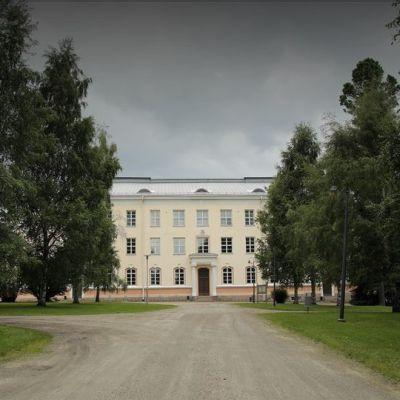 Kajaanin lakkautetun opettajankoulutuslaitoksen seminaarin päärakennus, missä Talvivaaran oikeudenkäynti pidetään.