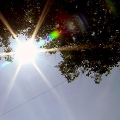 Aurinko paistaa pilvettömällä taivaalla.