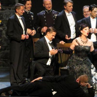 Iloisella leskellä riitti ihailijoita Olavinlinnan lavalla.