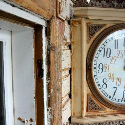 Pännäisten aseman kello on käsinmaalattu.