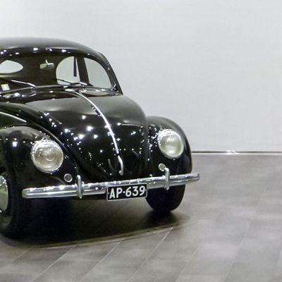 Yksi ensimmäisistä kahdestatoista Suomeen virallisesti tuodusta Kuplasta luovutettiin omistajalleen 9. kesäkuuta 1950. Kuvassa auto on vuonna 2013 maahantuojan tiloissa.