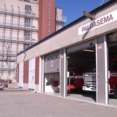 Kuvassa teollisuuspalokunnan pelastuskalustoa tallissa Kokkolan suurteollisuusalueella