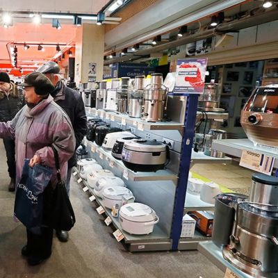 Asiakkaat katsovat kodinkoneita kaupassa Moskovassa.