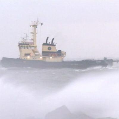 Laiva myrskyllä.