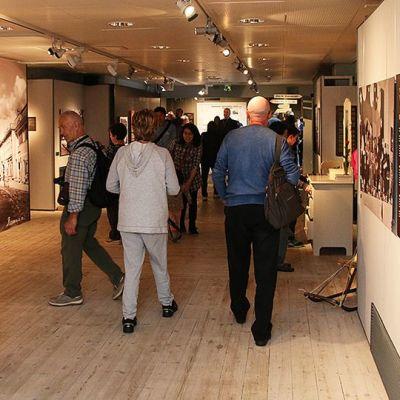 Näyttely-yleisöä