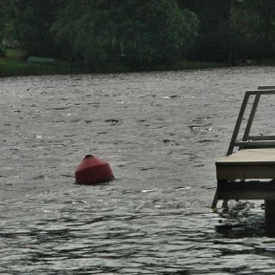 Laituri järvessä.