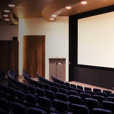 elokuvateatteri tyhjä sali.