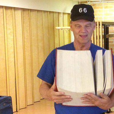 Eero Seppänen pitelee käsissään tekemäänsä sukututkimuskirjaa.