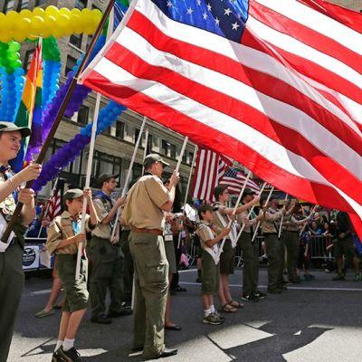 Partiolaiset marssivat Pride-juhlan kulkueessa New Yorkissa.